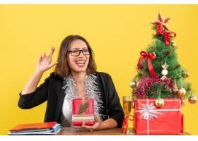 一位西装革履的女商人戴着眼镜展示着她_13405794