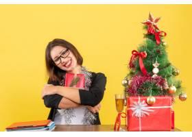 一位西装革履的女商人戴着眼镜展示着她_13405800