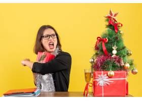 一位西装革履的女商人戴着眼镜紧张地把_13405766
