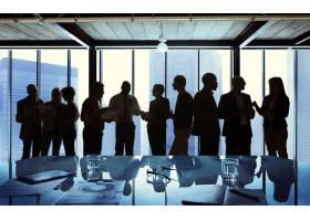 一群商务人士在会议上交谈_2911122