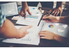 一群商务人士用营销报告图表进行分析年轻_1185964