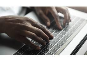 一名女子在笔记本电脑键盘上打字_13313369
