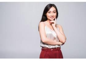 一名年轻的亚洲女子孤零零地站在白墙上_8472544
