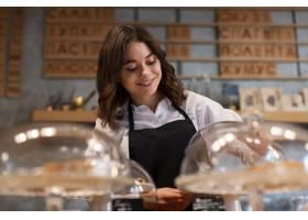 一名穿着围裙的女子在咖啡店工作_6154370