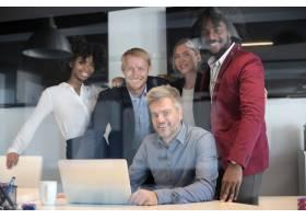 一群多民族的商业伙伴在现代办公室举行创意_11942786