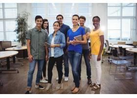 一群对着镜头微笑的企业高管_1005986