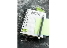 上图用钢笔和笔记在灰色背景上打开记事本_13291713