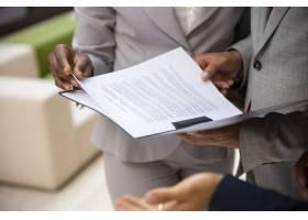 不同的商业伙伴一起阅读合同_6447631
