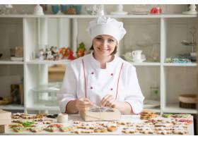 专业的面带微笑的糖果师傅用饼干包装盒子_1281903