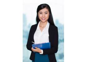迷人的亚洲女子用剪贴板的特写_1027201