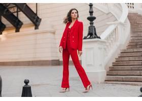 美丽性感富有商务范儿的红色西装女人走在城_11542301