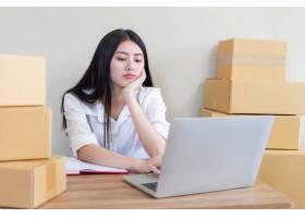 美丽的亚洲商界年轻女子在收到电子邮件订购_4550551