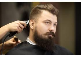 美发沙龙里的一位留着胡须的年轻男子_1281028