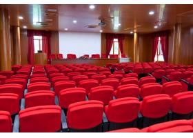 配有红色扶手椅的会议中心_13417697