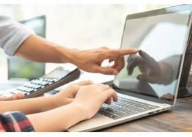 职场上的商务女性在笔记本电脑上打字办公_12986035
