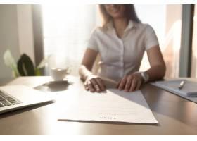 银行工作人员提供贷款协议专注于文档关_3938684