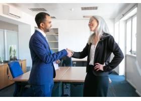 自信的合作伙伴在会议室握手或打招呼成功_9649111