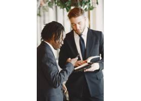 非洲人穿黑色西裝的家伙混血兒一起工作_13274845