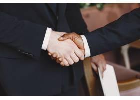 非洲人穿黑色西装的家伙混血的人会握手_13274922