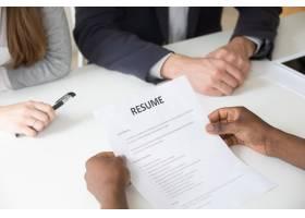 非洲裔申请者在求职面试中拿着简历特写查_3939788