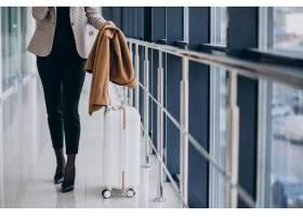 航站楼里的女商人提着旅行包_7200184