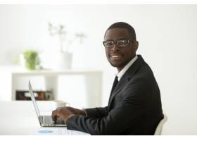 非裔美国人面带微笑的商人西装革履戴着_3938079