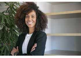 非裔美国卷发女商人双手交叉站着成功自_9648852