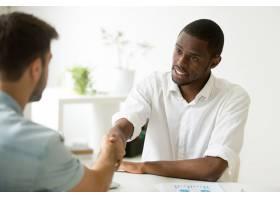 非裔美国商人与高加索合作伙伴握手达成交易_3938084