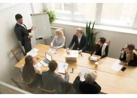 非裔首席执行官在公司团队会议上介绍概念_3954460