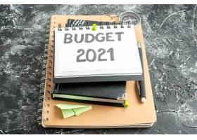 记事本中的前视图预算票据深色背景上有钢_13291921
