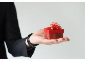 面目全非的男子在手掌上拿着小礼物的特写镜_3799018