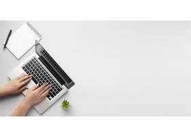 顶视图人员在带文案空间的笔记本电脑上写作_10570571