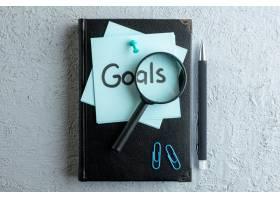 顶视图目标用记事本和钢笔在白色表面写下便_13341241