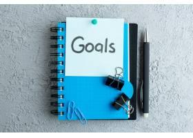 顶视目标用记事本和钢笔在白色表面写下便条_13341228