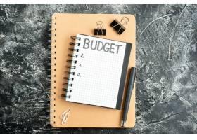 顶视预算在记事本上用钢笔写在深色表面的便_13340909