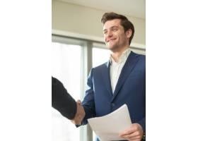 财务顾问与客户微笑握手_3955611
