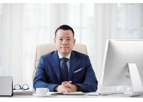 高级经理为商业杂志拍照摆姿势的中等特写_5699164