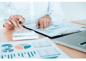 財政節儉理念女會計或銀行家使用計算器_1211586