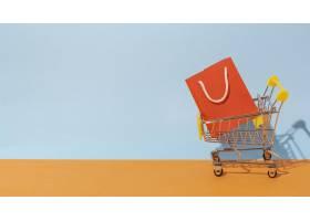 购物袋放在购物车里_12975138