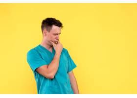 黄色墙上有思考脸的男医生的正视图_12651053