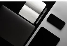 黑白办公桌上的笔记本电话和平板电脑_11678174