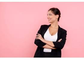 身穿深色夹克的前视年轻女性在粉色背景上摆_12547729
