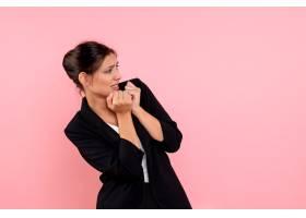 身穿深色夹克的前视年轻女性在粉色背景下惊_12547745