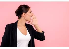 身穿深色夹克的前视年轻女性大声呼唤粉色背_12542796