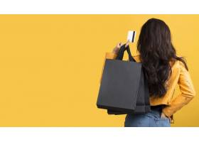身穿黄色皮夹克的年轻女子文案空间_10418979