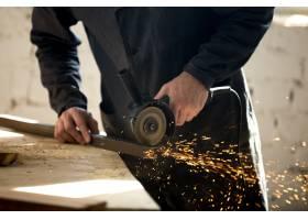 车间里使用电动工具的工匠_1282166