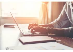 男性双手在家中使用笔记本电脑的特写_1025837