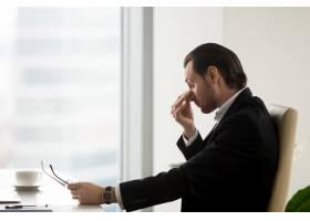 男性在办公室工作后感到眼睛疲劳_4013297
