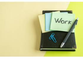 正面作业用记事本和钢笔写在贴纸上的黄色表_13340758