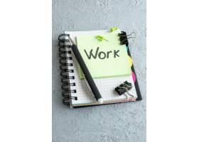正面工作用记事本和钢笔写在绿色不干胶标签_13340750